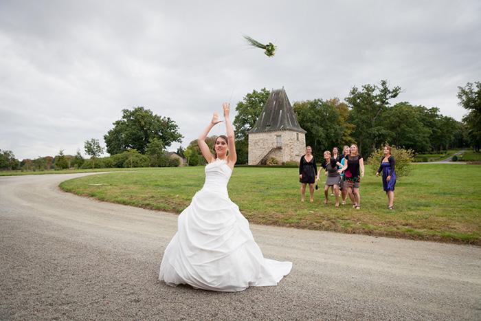 photographe mariage photo du lancer du bouquet de la mariée