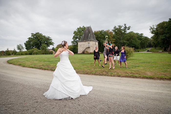 photographe mariage photo du lancer du bouquet de la mariéephotographe mariage photo du lancer du bouquet de la mariée