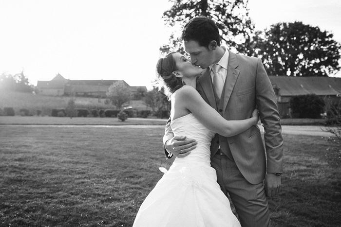 mariage chateau de la robinais couple noir et blanc