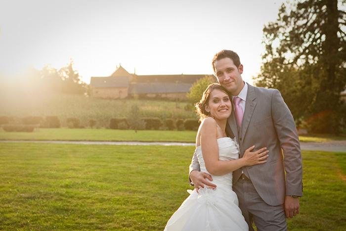 photographe mariage bretagne chateau de la robinais couple dans soleil couchant
