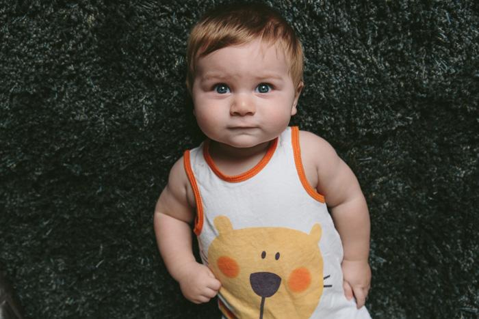 portrait de bébé gros plan en couleurs