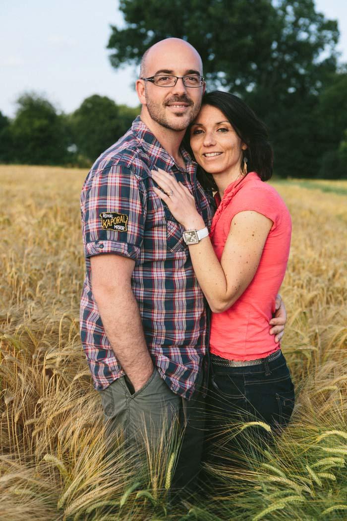 photographe rennes bretagne ille et vilaine portrait couple champ campagne exterieur