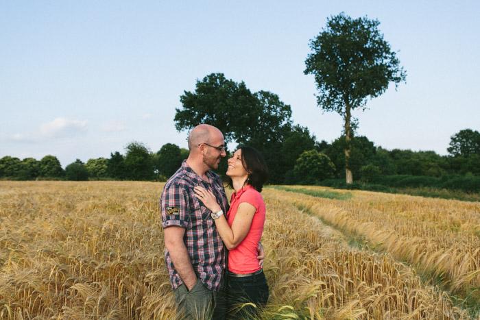 photographe rennes bretagne ille et vilaine portrait couple champ campagne exterieur ble orge