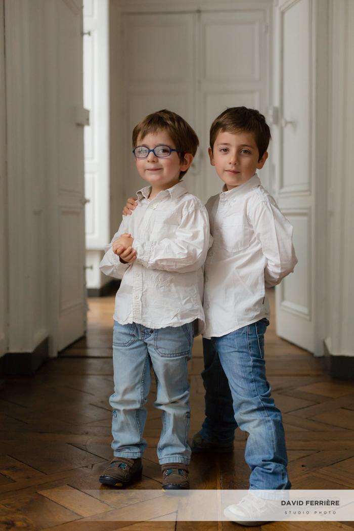 portrait de famille studio rennes complicité entre frères