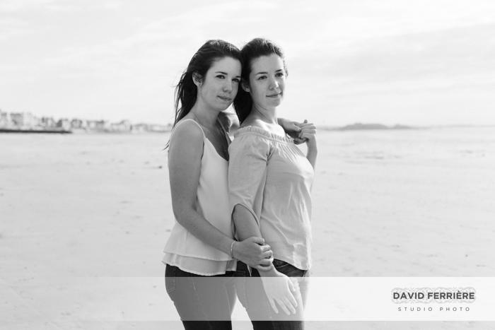 photo soeurs jumelles saint malo rennes bretagne portrait original sur la plage noir et blanc