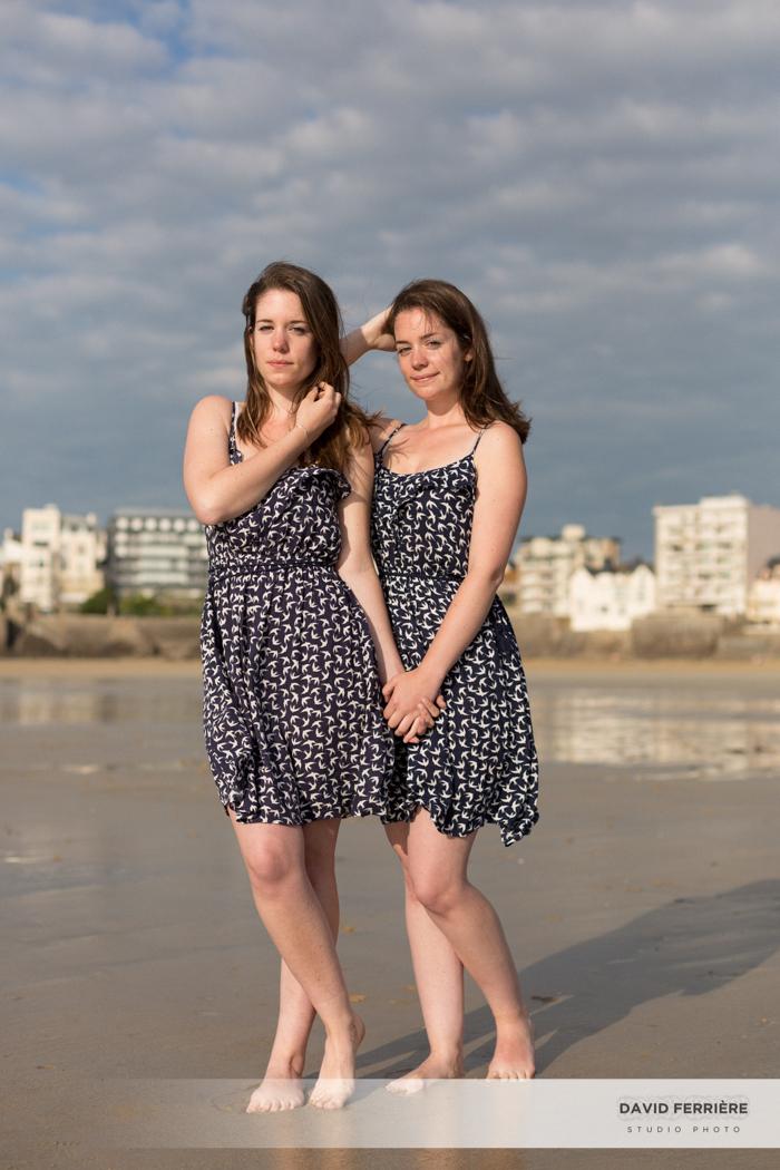 photo de soeurs jumelles saint malo plage