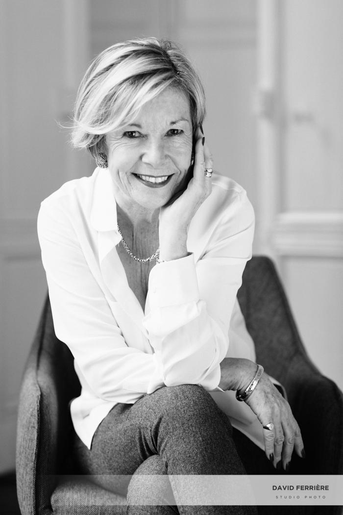 idee cadeau séance photo portrait élégant en noir et blanc femme collègue