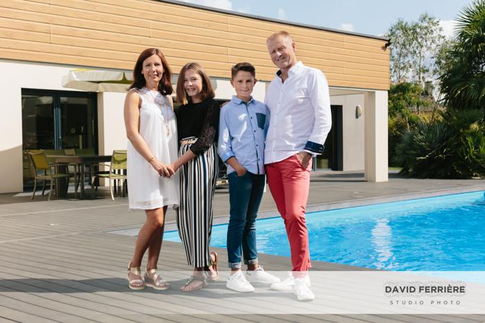 seance shooting portrait de famille originale avec piscine
