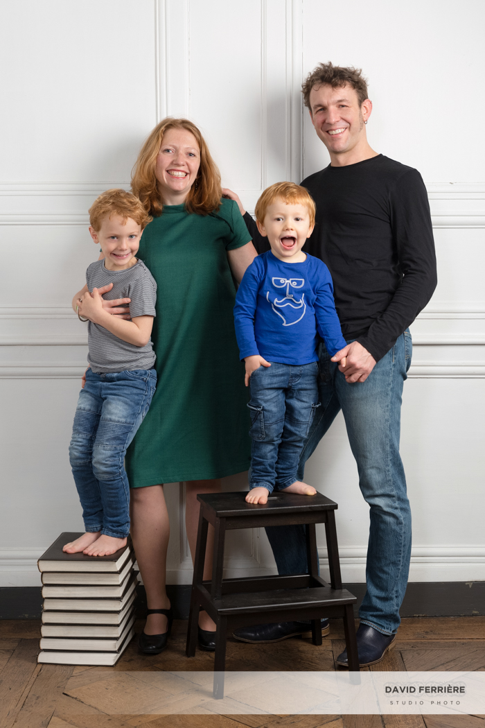 photo de famille portrait original rennes studio murs blanc parquet