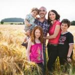 une séance de portrait en famille dans les champs