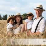 Mademoiselle L., Monsieur M. et leurs charmants parents (un portrait de famille dans les champs de blé)