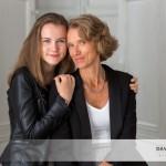 Mademoiselle C. et sa maman, un doux portrait mère-fille au studio.