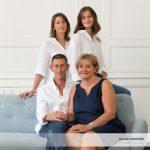 Mesdemoiselles A & L et leurs parents, un portrait de famille au studio